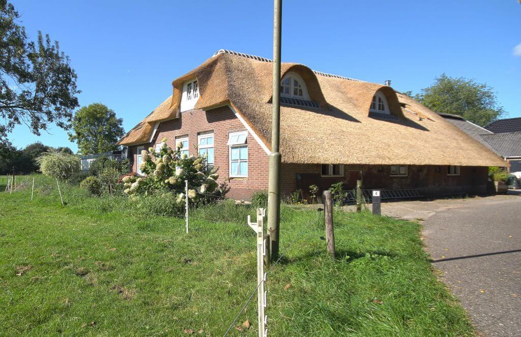 Rieten dak moderne woonboerderij Nijkerk