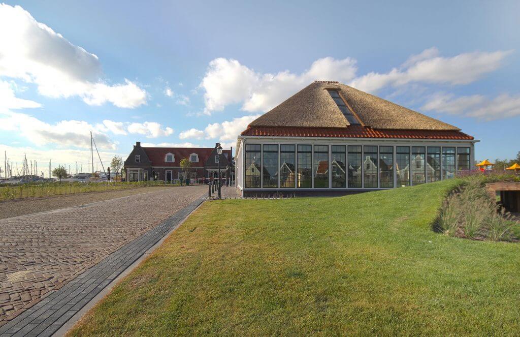 Rieten dak op zwembad Europarcs