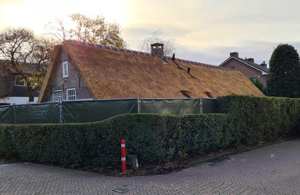 Rieten dak monumentale woning in Laren door Morren Rietdekkers